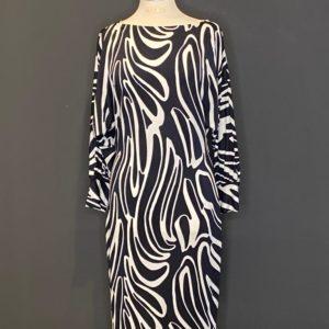 Wunderschönes elegantes engsitzende Kleid,verzaubert mit dem rankenden Dekores ist schmalgeschnitten, so verleiht es dem Look eine Portion Coolness.